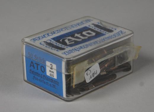 Ato, Bandzug-Federn für Kunstschrift 2 mm; Packung ca. 50 Exemplare